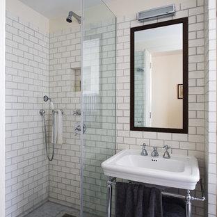 Cette image montre une petit salle de bain principale design avec un placard à porte plane, des portes de placard marrons, une douche ouverte, un WC suspendu, un carrelage blanc, des carreaux de céramique, un mur blanc, un sol en marbre, un lavabo de ferme, un sol gris et aucune cabine.