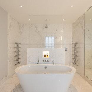 Diseño de cuarto de baño principal, contemporáneo, grande, con lavabo encastrado, bañera exenta, baldosas y/o azulejos blancos, losas de piedra, paredes grises, suelo de mármol, ducha abierta y ducha abierta