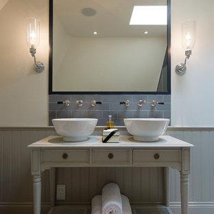 Inredning av ett klassiskt badrum, med öppna hyllor, grå kakel, tunnelbanekakel, beige väggar och klinkergolv i keramik