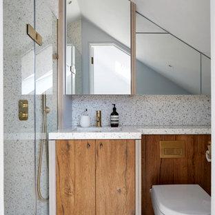 Foto de cuarto de baño principal, rústico, pequeño, con armarios con paneles empotrados, ducha abierta, sanitario de pared, baldosas y/o azulejos marrones, baldosas y/o azulejos de cerámica, paredes azules, suelo de terrazo, lavabo encastrado, encimera de terrazo, ducha con puerta con bisagras y encimeras grises