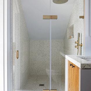 Diseño de cuarto de baño principal, rural, pequeño, con armarios con paneles empotrados, ducha abierta, sanitario de pared, baldosas y/o azulejos marrones, baldosas y/o azulejos de cerámica, paredes azules, suelo de terrazo, lavabo encastrado, encimera de terrazo, ducha con puerta con bisagras y encimeras grises