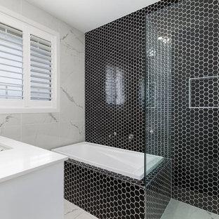 Modernes Duschbad mit Eckbadewanne, Eckdusche, schwarzen Fliesen, Unterbauwaschbecken und Falttür-Duschabtrennung in Brisbane