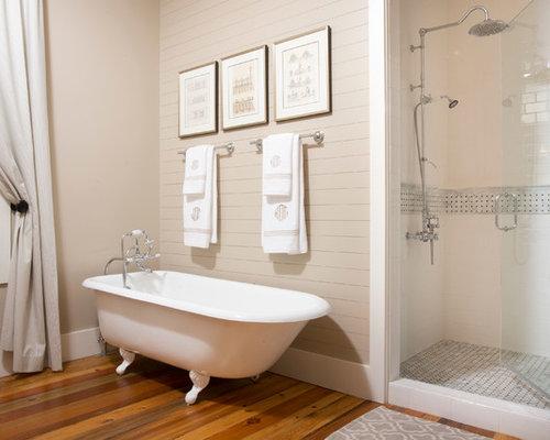 ... de salles de bain avec une baignoire sur pieds et un sol en bois brun