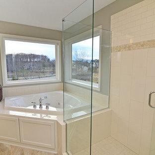 Modelo de cuarto de baño clásico con baldosas y/o azulejos de cemento