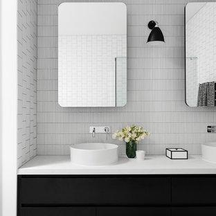 Inredning av ett modernt stort vit vitt en-suite badrum, med släta luckor, svarta skåp, vit kakel, vita väggar, terrazzogolv, bänkskiva i kvarts, grått golv, mosaik och ett fristående handfat