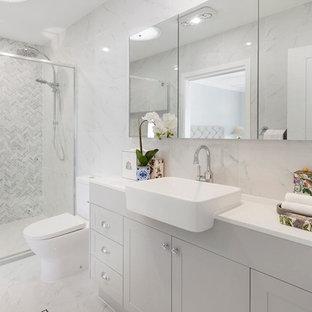 Immagine di una stanza da bagno padronale stile marino con ante in stile shaker, ante grigie, doccia alcova, WC monopezzo, piastrelle grigie, piastrelle bianche, piastrelle di marmo, pareti grigie, lavabo da incasso, pavimento grigio, porta doccia scorrevole e top bianco