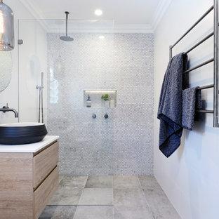 Idee per una stanza da bagno padronale contemporanea di medie dimensioni con ante lisce, piastrelle bianche, pareti bianche, pavimento con piastrelle in ceramica, lavabo a bacinella, top in superficie solida, ante gialle, doccia aperta, piastrelle a mosaico, pavimento grigio e doccia aperta