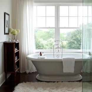 Foto di un'ampia stanza da bagno padronale chic con vasca freestanding, pareti beige e parquet scuro
