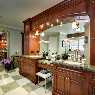 Неиссякаемый источник вдохновения для домашнего уюта: большая главная ванная комната в классическом стиле с врезной раковиной, фасадами с выступающей филенкой, темными деревянными фасадами, ванной на ножках, угловым душем, унитазом-моноблоком, разноцветной плиткой, каменной плиткой, зелеными стенами, полом из известняка, столешницей из гранита, разноцветным полом, душем с распашными дверями и зеленой столешницей