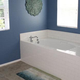 Diseño de cuarto de baño principal, de estilo de casa de campo, de tamaño medio, con bañera empotrada, baldosas y/o azulejos beige, baldosas y/o azulejos de cerámica, paredes azules y suelo de baldosas de cerámica