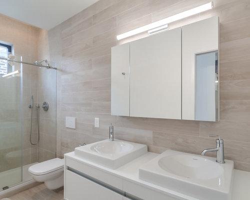 badezimmer mit laminat waschtisch und beigefarbenen. Black Bedroom Furniture Sets. Home Design Ideas
