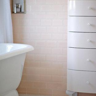 Diseño de cuarto de baño con ducha, romántico, de tamaño medio, con bañera exenta, baldosas y/o azulejos rosa, baldosas y/o azulejos de cemento, armarios con paneles lisos, paredes rosas, suelo con mosaicos de baldosas, puertas de armario blancas y encimera de cuarzo compacto