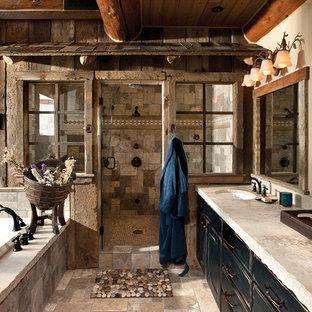 Inspiration för rustika badrum, med ett platsbyggt badkar