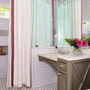 Réalisation d'une petit salle de bain tradition avec un placard à porte shaker, des portes de placard grises, une douche à l'italienne, un WC séparé, un carrelage blanc, des carreaux de céramique, un mur multicolore, un sol en carrelage de céramique, un lavabo intégré, un plan de toilette en terrazzo, un sol gris et une cabine de douche avec un rideau.