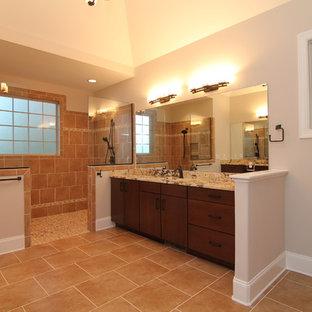 Foto på ett mycket stort vintage en-suite badrum, med ett undermonterad handfat, släta luckor, skåp i mörkt trä, granitbänkskiva, en öppen dusch, en toalettstol med hel cisternkåpa, flerfärgad kakel, keramikplattor, beige väggar och klinkergolv i keramik