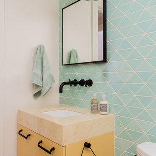 Esempio di una piccola stanza da bagno per bambini design con ante gialle, vasca/doccia, piastrelle multicolore, piastrelle in ceramica, pareti blu, parquet chiaro, pavimento beige, doccia aperta e top giallo