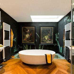 Пример оригинального дизайна: большая главная ванная комната в восточном стиле с отдельно стоящей ванной, черными стенами, паркетным полом среднего тона и подвесной раковиной