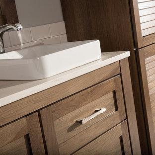 Klassisches Badezimmer mit weißen Fliesen, Metrofliesen, grauer Wandfarbe, Keramikboden, Mineralwerkstoff-Waschtisch, Lamellenschränken, hellbraunen Holzschränken und Aufsatzwaschbecken in Orange County