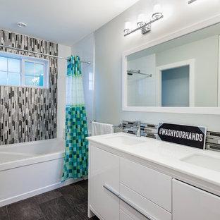 Esempio di una stanza da bagno per bambini tradizionale di medie dimensioni con ante lisce, ante bianche, vasca ad alcova, doccia alcova, WC sospeso, piastrelle multicolore, lastra di vetro, pareti grigie, pavimento in linoleum, lavabo sottopiano e top in rame