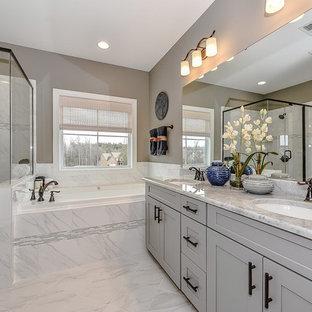 На фото: серо-белая главная ванная комната среднего размера в стиле неоклассика (современная классика) с фасадами с утопленной филенкой, серыми фасадами, накладной ванной, душем в нише, керамогранитной плиткой, серыми стенами, полом из керамогранита, столешницей из кварцита, белой плиткой, душем с распашными дверями, врезной раковиной, серым полом и серой столешницей с