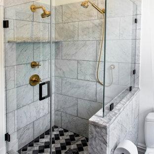 Modelo de cuarto de baño principal, ecléctico, pequeño, con lavabo bajoencimera, armarios con paneles lisos, puertas de armario negras, encimera de mármol, ducha esquinera, sanitario de una pieza, baldosas y/o azulejos de piedra, paredes blancas, suelo de mármol, baldosas y/o azulejos blancas y negros y baldosas y/o azulejos grises