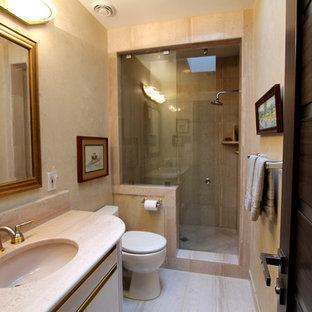 Foto di una stanza da bagno con doccia classica di medie dimensioni con ante lisce, ante bianche, doccia alcova, WC a due pezzi, piastrelle rosa, piastrelle di marmo, pareti beige, pavimento in marmo, lavabo sottopiano, top in marmo, pavimento rosa e porta doccia scorrevole
