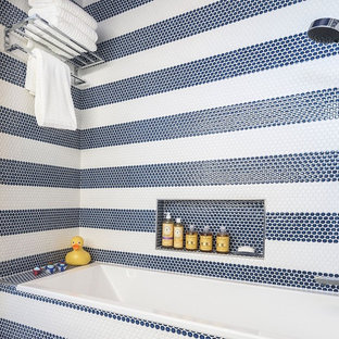 Foto di una piccola stanza da bagno per bambini minimal con ante lisce, ante blu, vasca/doccia, piastrelle multicolore, piastrelle a mosaico, pareti multicolore, pavimento con piastrelle a mosaico, lavabo integrato, top in superficie solida e vasca ad alcova