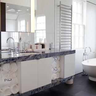 Idéer för stora funkis blått en-suite badrum, med släta luckor, vita skåp, marmorbänkskiva, ett undermonterad handfat, ett fristående badkar och vita väggar