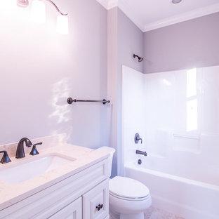 Idee per una stanza da bagno con doccia tradizionale di medie dimensioni con ante in stile shaker, ante bianche, vasca/doccia, WC a due pezzi, pareti grigie, pavimento in travertino, lavabo sottopiano, top in granito, pavimento beige, doccia con tenda e top beige