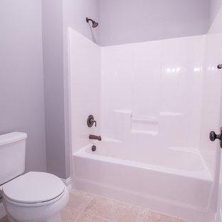 Foto di una stanza da bagno con doccia chic di medie dimensioni con ante in stile shaker, ante bianche, vasca/doccia, WC a due pezzi, pareti grigie, pavimento in travertino, lavabo sottopiano, top in granito, pavimento beige, doccia con tenda e top beige