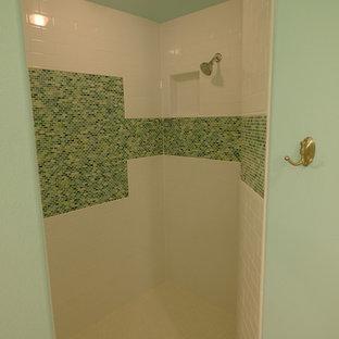 Ejemplo de cuarto de baño principal, costero, de tamaño medio, con lavabo tipo consola, armarios tipo mueble, puertas de armario con efecto envejecido, encimera de mármol, ducha empotrada, baldosas y/o azulejos blancos, baldosas y/o azulejos en mosaico, paredes azules y suelo de baldosas de porcelana