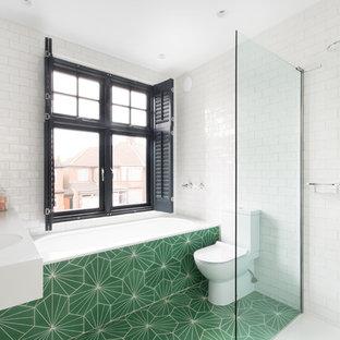 Idee per una stanza da bagno padronale design con ante lisce, vasca da incasso, doccia alcova, WC a due pezzi, piastrelle bianche, piastrelle diamantate, pareti bianche, pavimento con piastrelle a mosaico, lavabo integrato, pavimento verde e doccia aperta