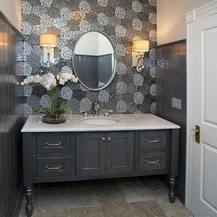 Esempio di una stanza da bagno classica di medie dimensioni con consolle stile comò, ante grigie, pistrelle in bianco e nero, lastra di vetro, pareti grigie, pavimento in marmo, lavabo sottopiano, top in quarzo composito e pavimento beige