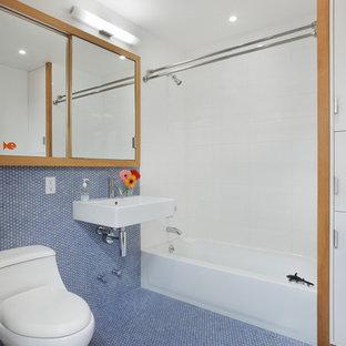 Diseño de cuarto de baño infantil, actual, con lavabo suspendido, baldosas y/o azulejos azules, baldosas y/o azulejos en mosaico y suelo azul