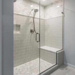 Ispirazione per una stanza da bagno padronale design di medie dimensioni con ante in stile shaker, ante grigie, doccia doppia, WC a due pezzi, piastrelle grigie, piastrelle diamantate, pareti grigie, pavimento in marmo, lavabo sottopiano e top in marmo