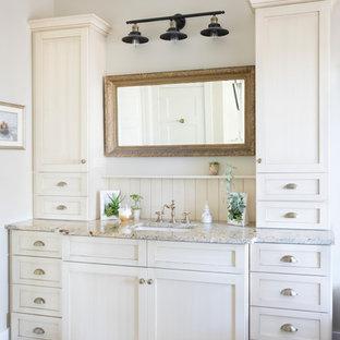 Inredning av ett lantligt grå grått en-suite badrum, med skåp i shakerstil, vita skåp, beige väggar, mörkt trägolv, ett undermonterad handfat, granitbänkskiva och brunt golv