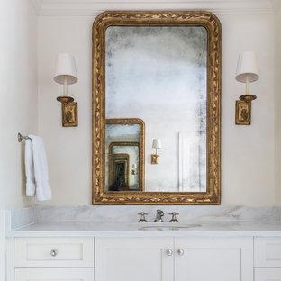 Mittelgroßes Shabby-Style Duschbad mit Schrankfronten im Shaker-Stil, weißen Schränken, weißer Wandfarbe, integriertem Waschbecken und Marmor-Waschbecken/Waschtisch in New Orleans