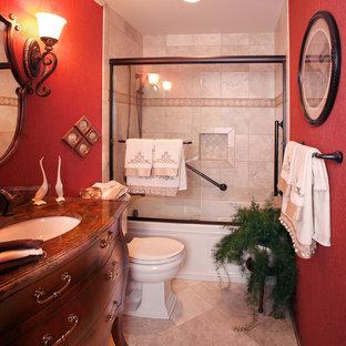 Новые идеи обустройства дома: маленькая главная ванная комната в классическом стиле с фасадами островного типа, темными деревянными фасадами, ванной в нише, душем над ванной, раздельным унитазом, бежевой плиткой, керамической плиткой, красными стенами, полом из травертина, врезной раковиной, столешницей из искусственного камня, бежевым полом и душем с раздвижными дверями