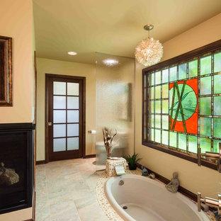 Modelo de cuarto de baño principal, asiático, de tamaño medio, con bañera encastrada, baldosas y/o azulejos beige y suelo de baldosas tipo guijarro