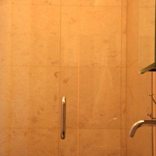 Esempio di una piccola stanza da bagno con doccia minimalista con lavabo a bacinella, ante di vetro, top in granito, doccia ad angolo, WC monopezzo, piastrelle beige, piastrelle in pietra, pareti beige e pavimento con piastrelle in ceramica