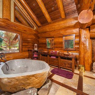 Immagine di una stanza da bagno padronale stile rurale con consolle stile comò, ante in legno scuro, vasca freestanding, lavabo a bacinella e top in legno