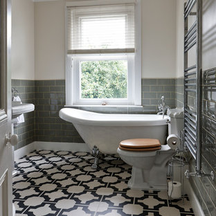 Esempio di una stanza da bagno per bambini chic di medie dimensioni con vasca freestanding, WC monopezzo, piastrelle grigie, piastrelle in ceramica, pareti bianche, pavimento in vinile e lavabo a colonna