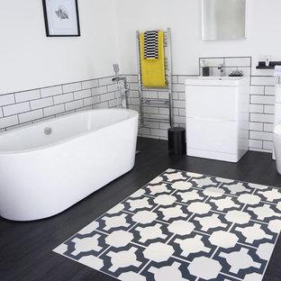 Ispirazione per una grande stanza da bagno per bambini contemporanea con pavimento in vinile, ante lisce, ante bianche, vasca freestanding, WC monopezzo, piastrelle bianche, piastrelle in ceramica e pareti bianche