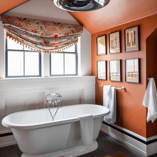 Diseño de cuarto de baño principal, de estilo americano, de tamaño medio, con armarios tipo mueble, puertas de armario negras, bañera exenta, ducha esquinera, sanitario de una pieza, baldosas y/o azulejos grises, baldosas y/o azulejos de cerámica, paredes marrones, suelo de pizarra, lavabo bajoencimera, encimera de mármol, suelo gris, ducha con puerta con bisagras y encimeras grises