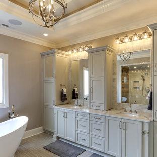 Idéer för vintage flerfärgat en-suite badrum, med luckor med infälld panel, grå skåp, ett fristående badkar, våtrum, beige väggar, ett undermonterad handfat, bänkskiva i kvarts, brunt golv och dusch med gångjärnsdörr