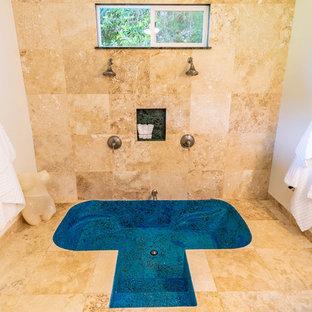 Idee per una grande stanza da bagno padronale minimal con vasca giapponese, doccia doppia, piastrelle in travertino, pavimento in travertino e doccia aperta