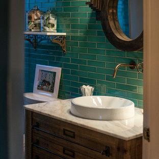 Idéer för att renovera ett litet eklektiskt badrum med dusch, med blå kakel, ett fristående handfat, marmorbänkskiva, möbel-liknande, mellanmörkt trägolv, skåp i slitet trä, en dusch i en alkov, en toalettstol med hel cisternkåpa, keramikplattor och blå väggar