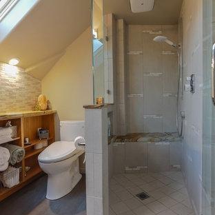 Modelo de cuarto de baño principal, vintage, pequeño, con lavabo bajoencimera, armarios con paneles lisos, puertas de armario de madera oscura, encimera de cuarcita, ducha doble, bidé, baldosas y/o azulejos grises, baldosas y/o azulejos en mosaico, paredes beige y suelo de bambú