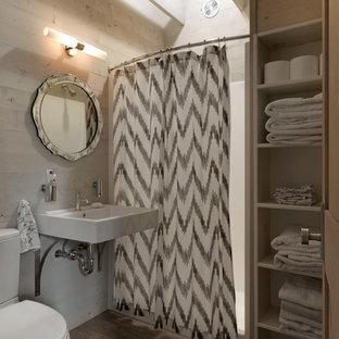 Ejemplo de cuarto de baño rústico con lavabo suspendido, ducha empotrada y sanitario de dos piezas