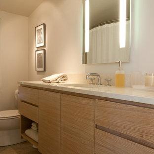Esempio di un'ampia stanza da bagno minimal con ante lisce, ante in legno chiaro, vasca ad alcova, vasca/doccia, WC monopezzo, pareti bianche, pavimento in travertino, lavabo sottopiano, top in quarzo composito, doccia con tenda e top turchese